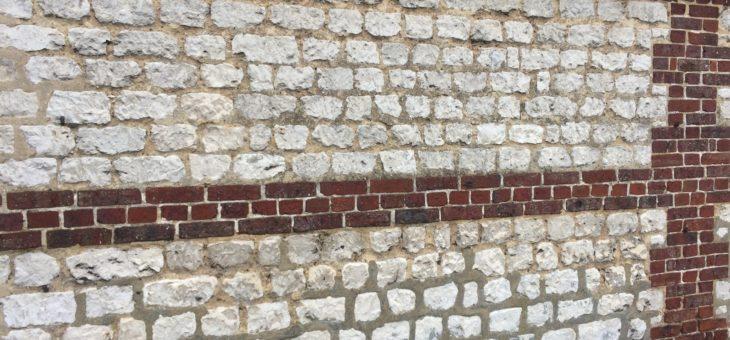 Murs en silex et briques
